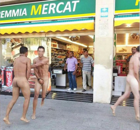 turistas desnudos en Barcelona