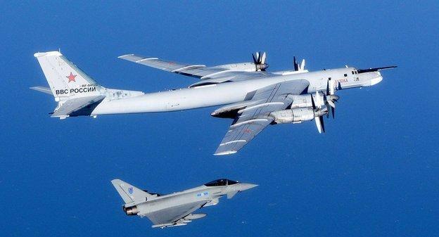 bombardero ruso escoltado por caza británico