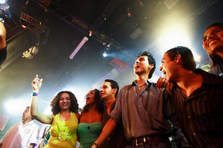 Jóvenes en una discoteca de Cali, Colombia.
