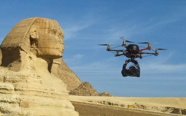 Un drone junto a la esfinge de Guiza, Egipto,tomando imágenes de este sitio histórico.Foto: Airpano