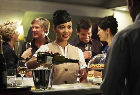 Bar a bordo de un Airbus A380 de Emirates. Muchos pasajeros de negocios valoran especialmente el tiempo libre que tienen para ellos cuando vuelan en avión.