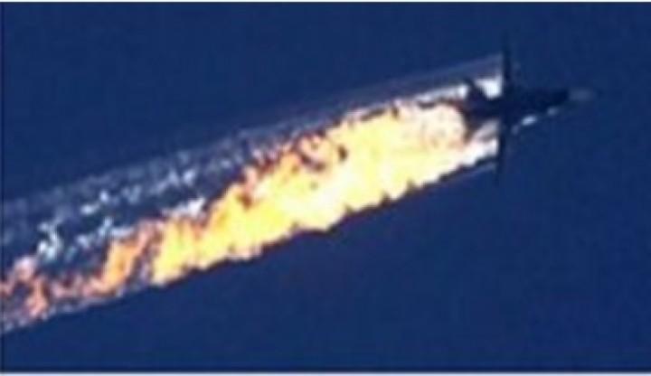 Momento en que el avión de combate ruso fue abatido por un misil lanzado por un caza turco.
