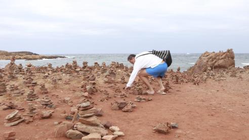 Cúmulos de piedras cerca de Cales Morts, entre las playas de Binimel·la y Pregonda, en Menorca (Karlos Hurtado / IMAGEN DIARIO MENORCA)